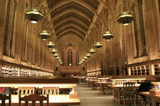 鈴木唯アナが留学していた米ワシントン大学にあるスザロ図書館の画像